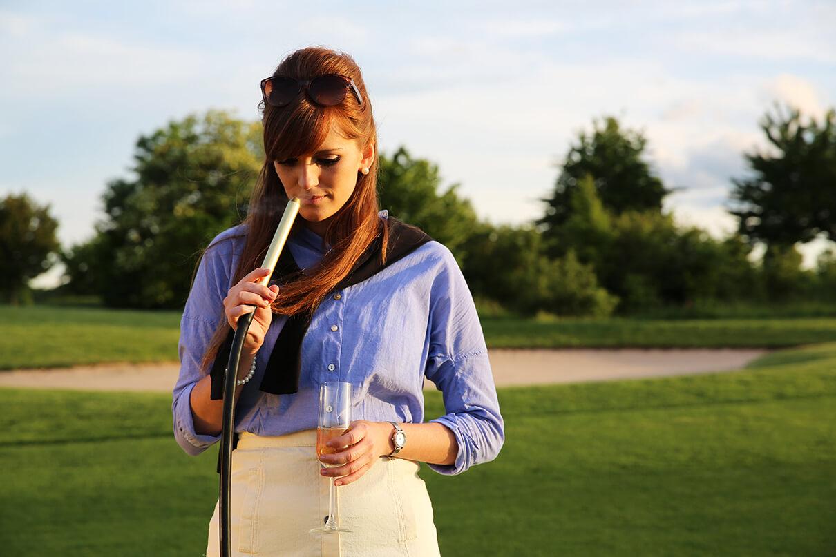 Shisha Golfplatz Frau